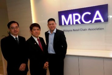 From L-R Tan Hai Hsin Managing Director of Retail Group Malaysia Dato Nelson Kwok President of MRCA Alex Lim Executive Director of Goldsoft Sdn Bhd